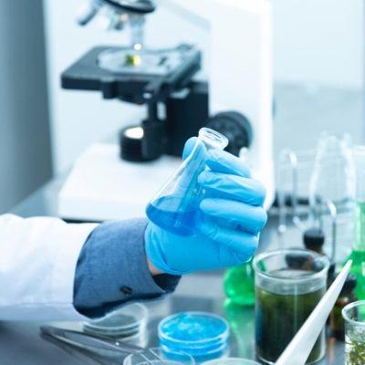 Estudiar maestría en microbiología y en análisis de muestras en laboratorio